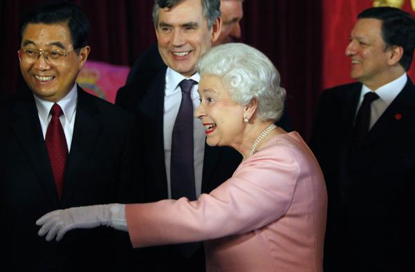 Chinese President Hu, Britain's PM Brown, Britain's Queen Elizabeth and European Commission President Barroso smile during a reception at Buckingham Palace in London